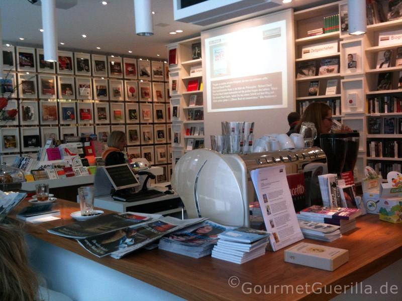 Bücherregal in der Buchhandlung Stories in Hamburg