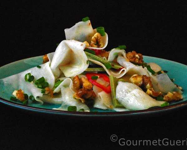 Salat mit schwarzem Rettich und Wasabikäse