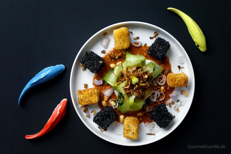 Paksoi mit Schalottencrunch und schwarz-weißem Tofu #rezept #gourmetguerilla #vegan