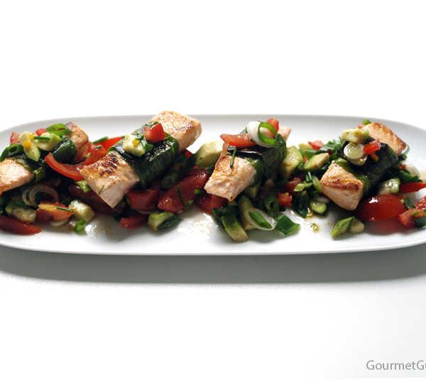 Lachs im Lauchblatt auf Avokado-Tomaten-Salsa #rezept #gourmetguerilla