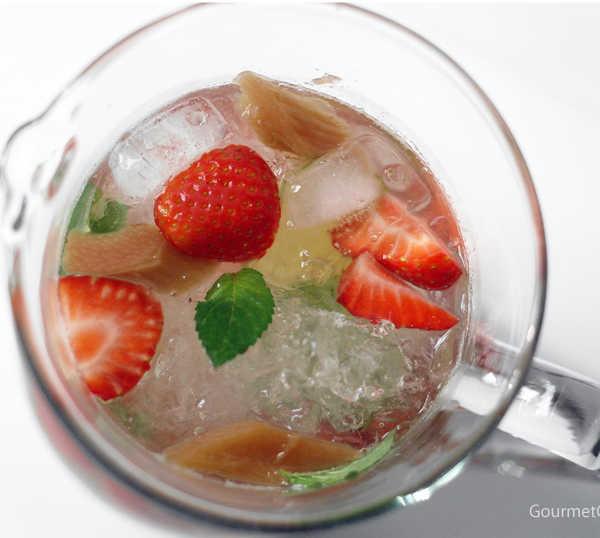 Weiße Erdbeer-Rhabarber Sangria #rezept #gourmetguerilla