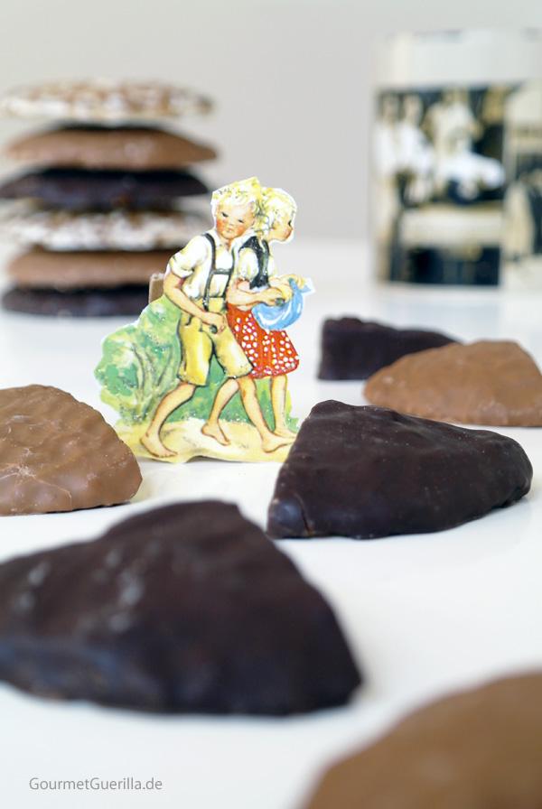Ein Oblatenbildchen mit Haensel und Gretel inmitten von Lebkuchen
