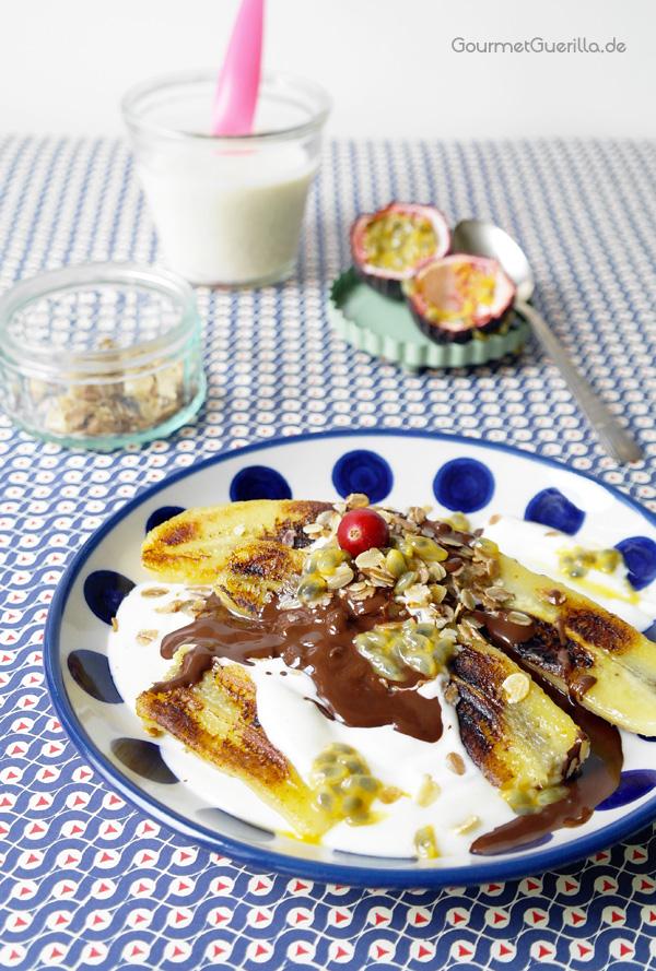 Fruehstuecks-Bananen-Split auf einem Teller