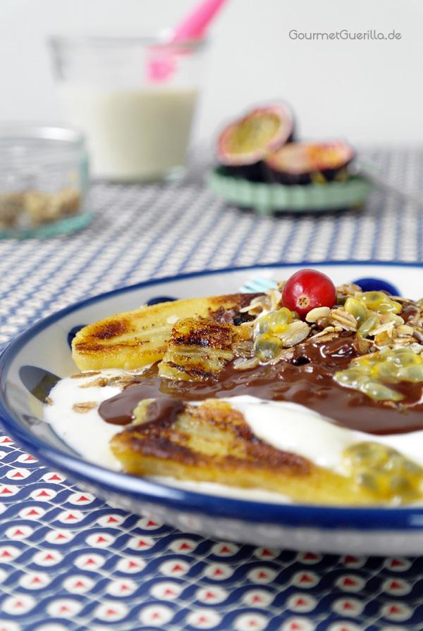 Fruehstuecks-Bananen-Split auf einem Teller close