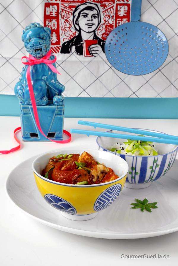 Tofu in suess-saurer Tomatensosse