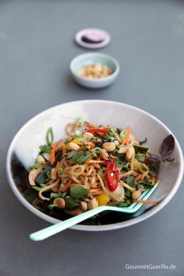 Asiatische Sommer-Nudeln mit cremigem Erdnussdressing #rezept #gourmetguerilla #vegan #asia