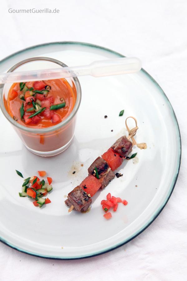 Bloody Mary Gazpacho mit Lamm-Melonen-Spiesschen #rezept #gourmetguerilla #wodka