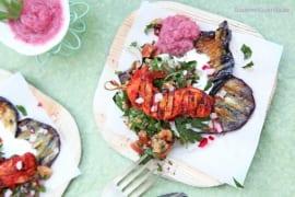 Gegrillte Auberginen mit Joghurt, Taboule und Tandori-Spießchen #rezept #gourmetguerilla