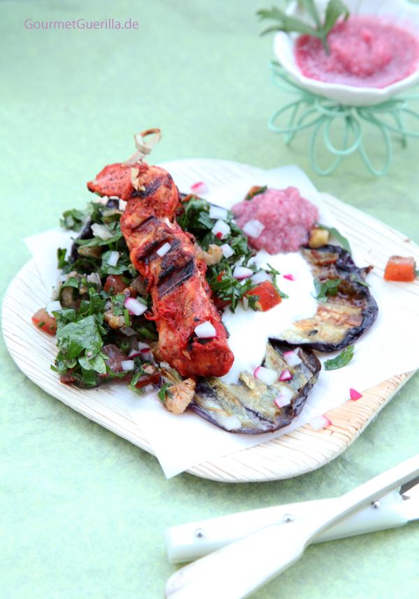 Gegrillte Auberginen mit Joghurt, Taboule und Tandori-Spiesschen #rezept #gourmetguerilla