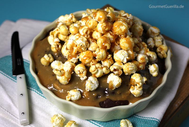 Cola-Kuchen mit Karamell-Popcorn #rezept #gourmetguerilla