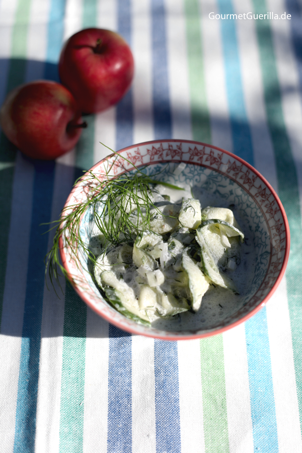 Kürbis-Apfel-Kartoffelstampf mit Bratwurst und Gurkensalat #rezept #gourmetguerilla