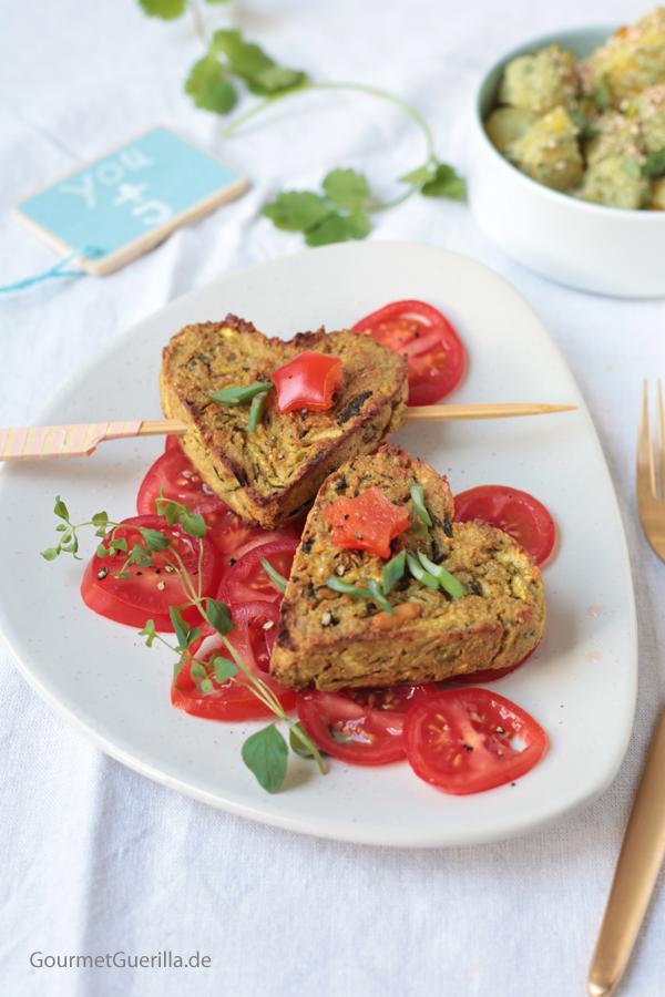 Avocado-Zuchhini-Herzen auf Tomaten mit Minz-Kartoffeln #rezept #gourmetguerilla #romantischesdinner #vegan