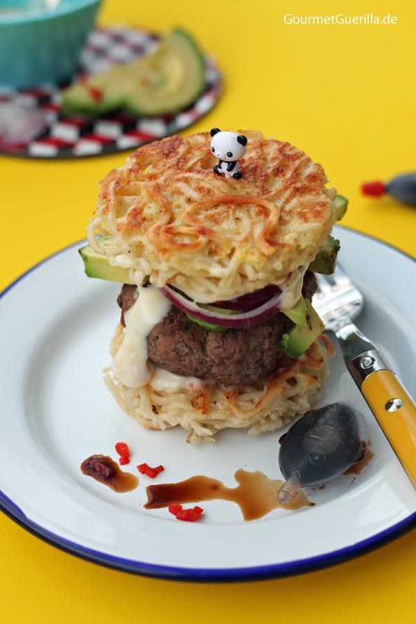 Ramen-Burger mit Sojasosse, Avocado und Chili-Mayo #rezept #gourmetguerilla