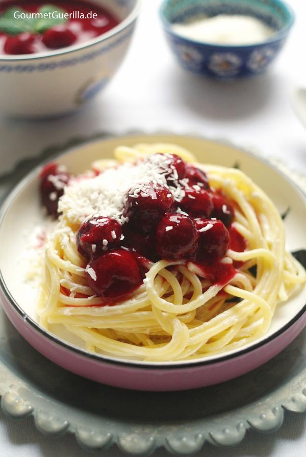 Süße Spaghetti Himbeernese mit Kokosparmesan #rezept #gourmetguerilla