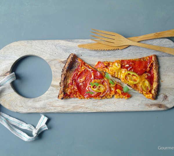 Low Carb Pizza mit Chorizo, Paprika und roten Zwiebeln frisch belegt #rezept #gourmetguerilla.de #lowcarb