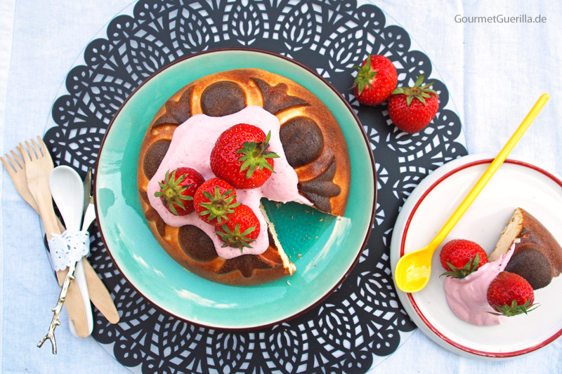 Low Carb Käsekuchen mit Erdbeer-Rosmarin-Quark #rezept #gourmetguerilla #lowcarb #kuchen #backen