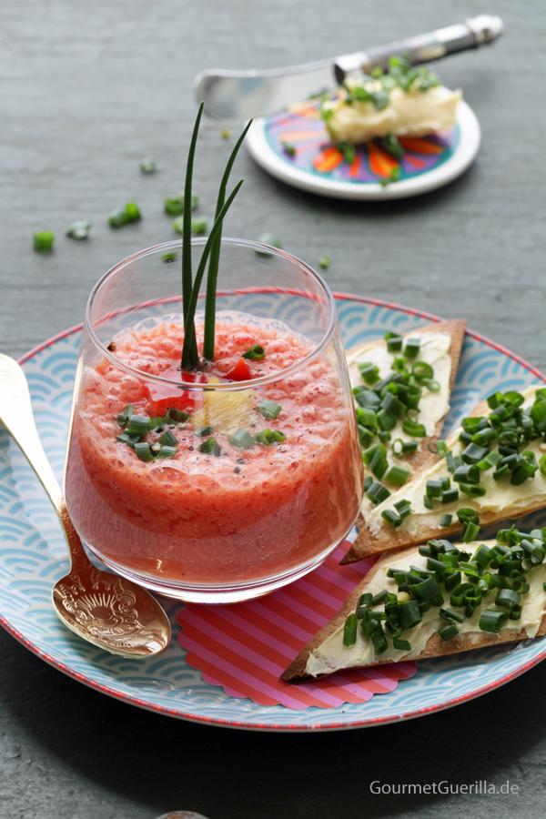 Beschwippstes Melonensueppchen mit Schnittlauch-Knusperrauten #rezept #vegan #gourmetguerilla #suppe