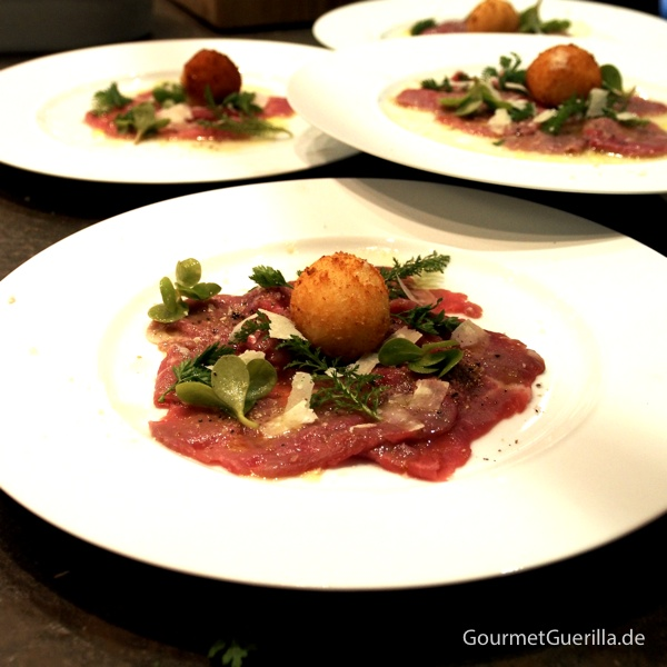 Carpaccio vom Kalb mit Kräutern und gebackener Parmesan-Praline #gourmetguerilla #parmigianoreggiano #poletto