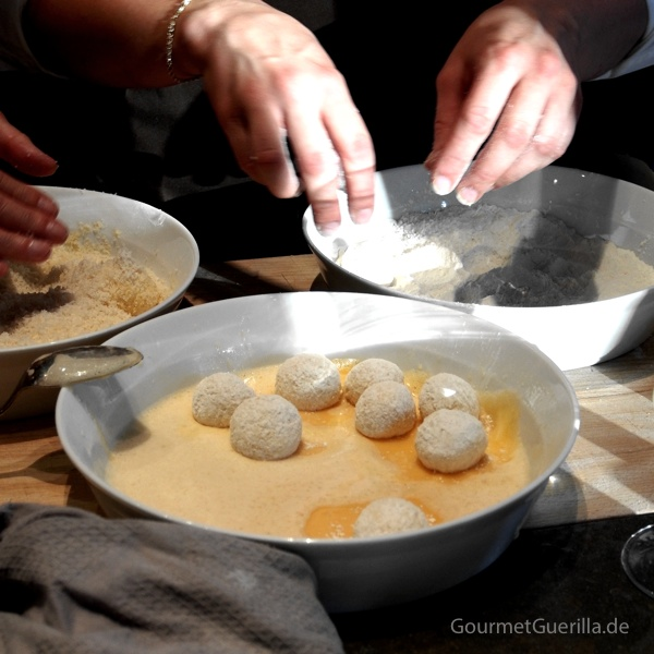 Cornelia Poletta Parmesanpralinen panieren #gourmetguerilla #parmigianoreggiano #poletto