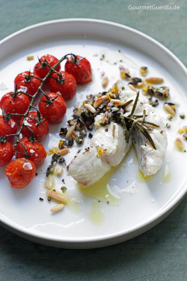 In Olivenöl confierter Rotbarsch mit Oliven-Gremolata und gebackenen Tomaten #rezept #gourmetguerilla #confieren #Fisch