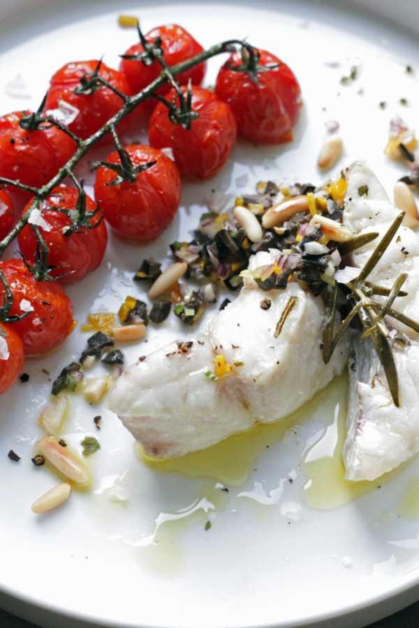 In Olivenöl conferier Rotbarsch mit Oliven-Gremolata und gebackenen Tomaten |GourmetGuerilla.de