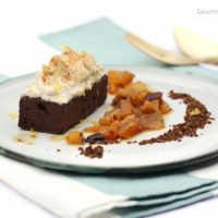 Schwarzbier-Brownies mit Orangen-Zimt-Topping, Dörrobst-Kompott und scharfem Pumpernickel-Crunch #rezept #gourmetguerilla #dessert #schwarzbier