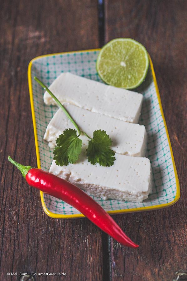 Seidentofu und Gewürze für Spicy Tofunaise mit Koriander und Limette |GourmetGuerilla.de