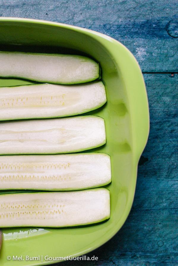 Zucchini schichten für Low Carb Zucchini-Quark-Lasagne |GourmetGuerilla.de