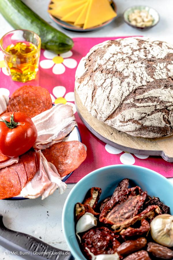 Zutaten für Gefülltes Picknick-Brot mit rotem Pesto |GourmetGuerilla.de