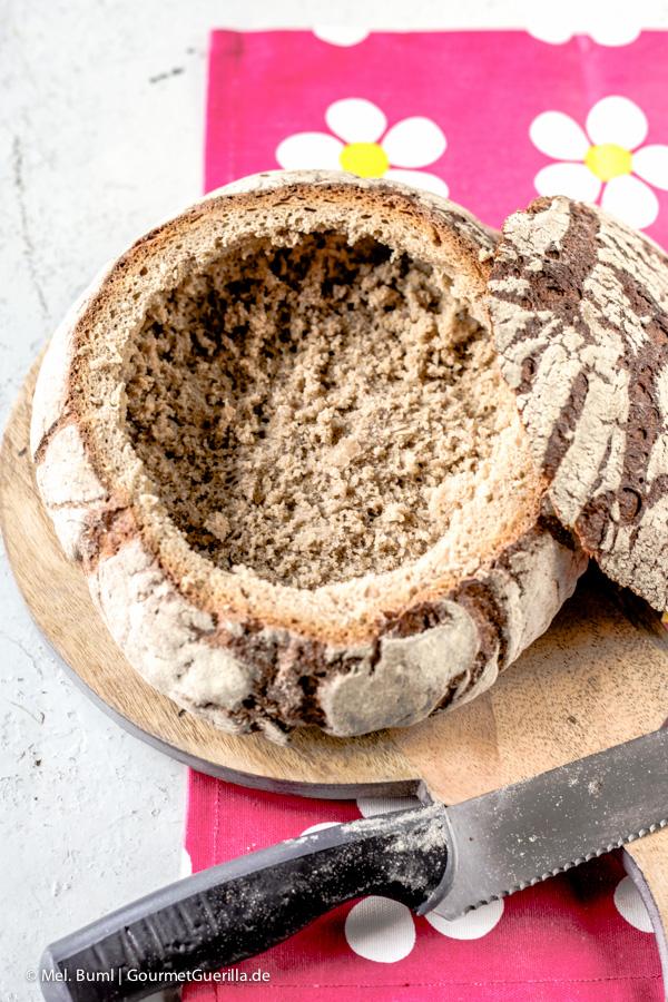Brot aushöhlen für Gefülltes Picknick-Brot mit rotem Pesto |GourmetGuerilla.de