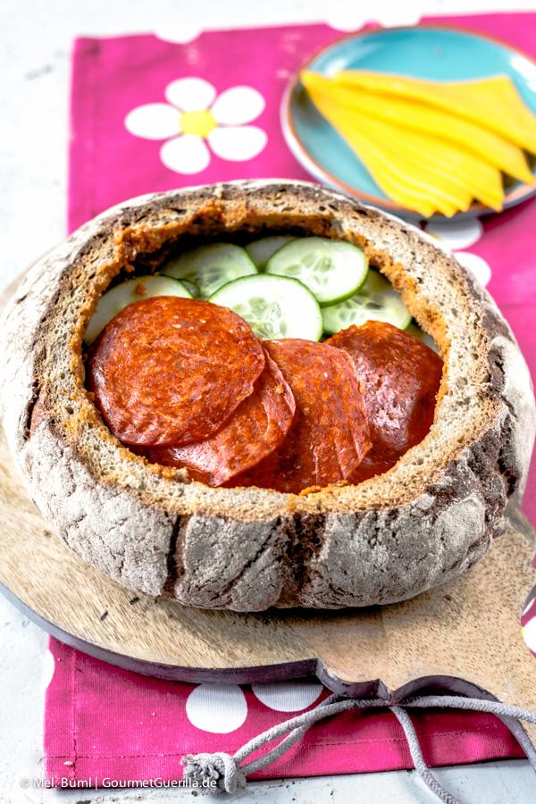 Brot füllen für Gefülltes Picknick-Brot mit rotem Pesto |GourmetGuerilla.de