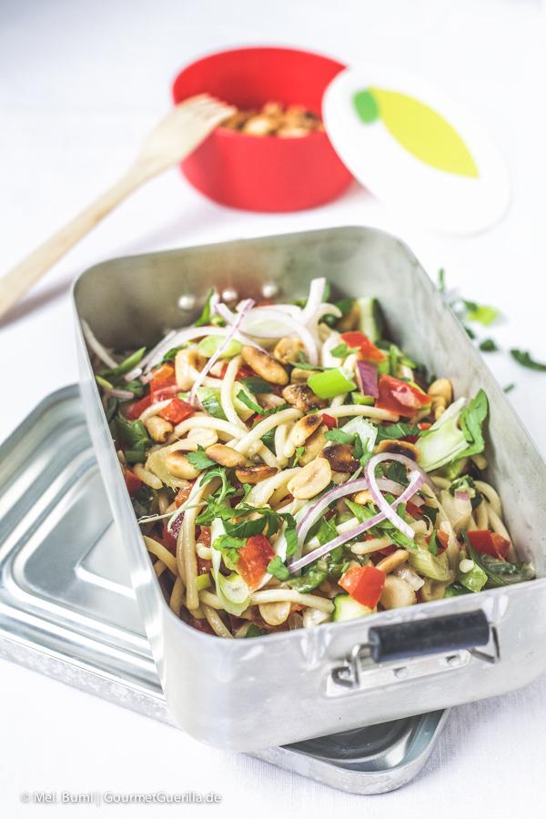 Spicy Asia-Spaghetti-Salat mit knackigem Gemüse und Erdnüssen |GourmetGuerilla.de