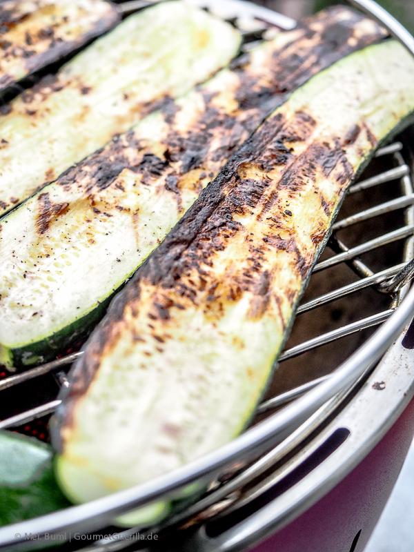 Zucchini grillen für Ottolenghi Salat von gegrillter Zuchhini mit Joghurt, Walnuessen und Minze |GourmetGuerilla.de