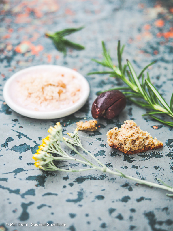 mediterranes low carb focaccia brot mit oliven und rosmarin gourmetguerilla. Black Bedroom Furniture Sets. Home Design Ideas