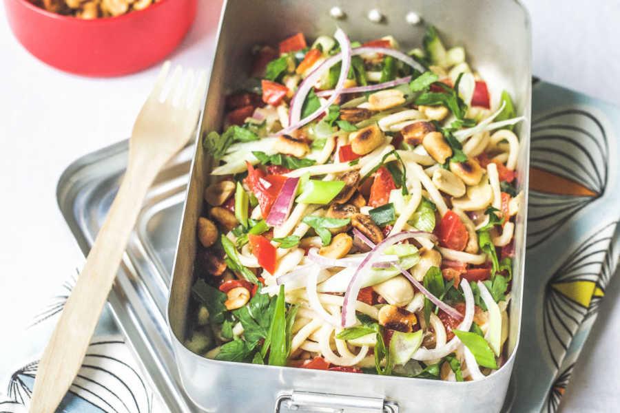 Spicy asiatischer Spaghettisalat mit knackigem Gemüse und Erdnüssen  GourmetGuerilla.de