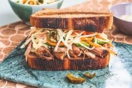 Feiste Stulle mit Pulled Pork, Räuchermayo und Avokado |GourmetGuerilla.de