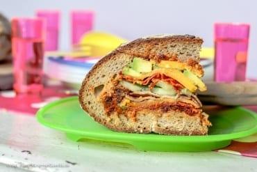 Gefülltes Picknick-Brot mit rotem Pesto |GourmetGuerilla.de