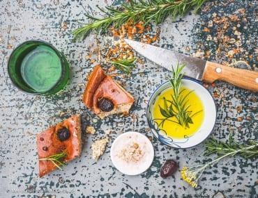 Mediterranes Low Carb Focaccia-Brot mit Oliven und Rosmarin |GourmetGuerilla.de