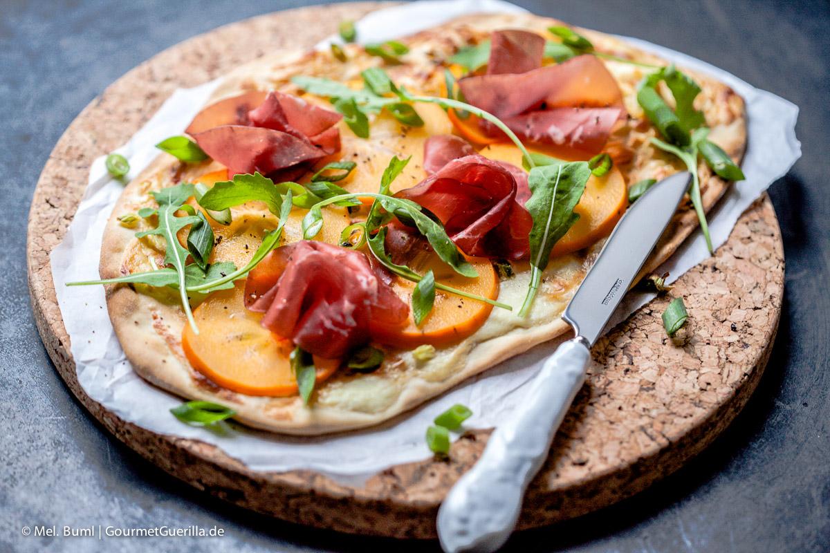 Flammkuchen mit Persimon, Bresaola und Rucola |GourmetGuerilla.de