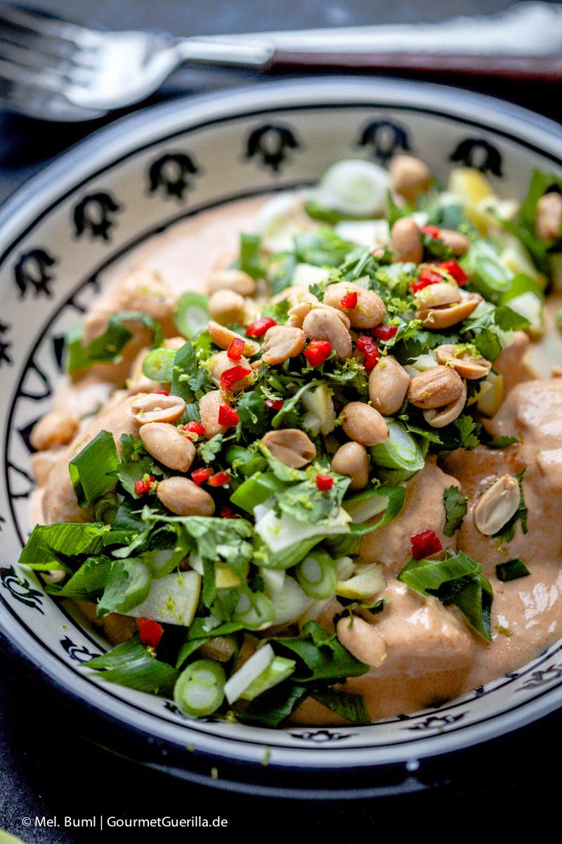 {LCHF-Rezept}Hühnchen in pikanter Erdnusssosse mit grünem Knack-Topping und Kokos-Limetten-Cauli-Reis |GourmetGuerilla.de