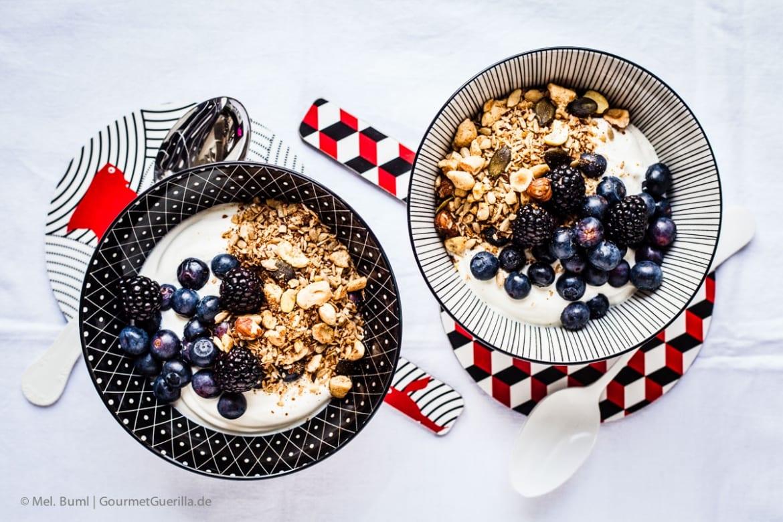 {LCHF & Low Carb Rezept} Griechischer Joghurt mit selbstgemachtem Nussknusper und dunklen Beeren |GourmetGuerilla.de