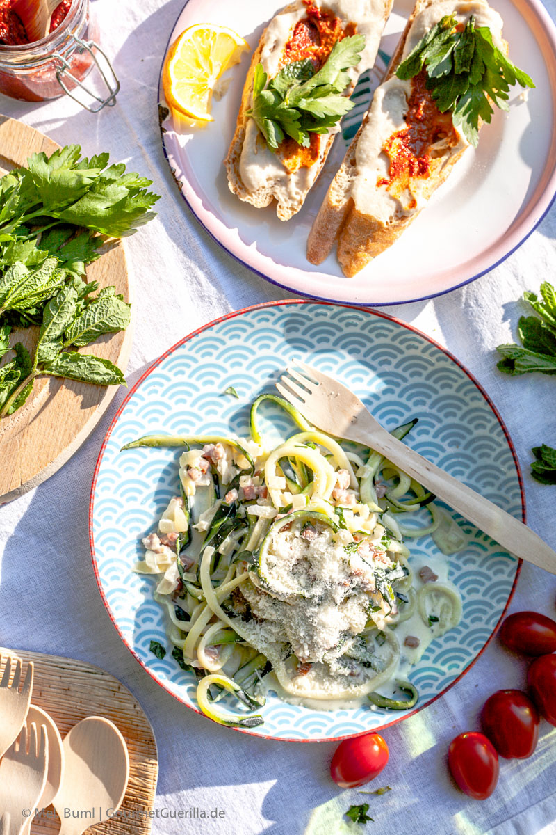 Picknick mit Crostini mit weißem Bohnen-Mandelmus und Harissa, Zucchinisalat Carbonara und Kokoskaltschale mit Beeren und Zwieback |GourmetGuerilla.de