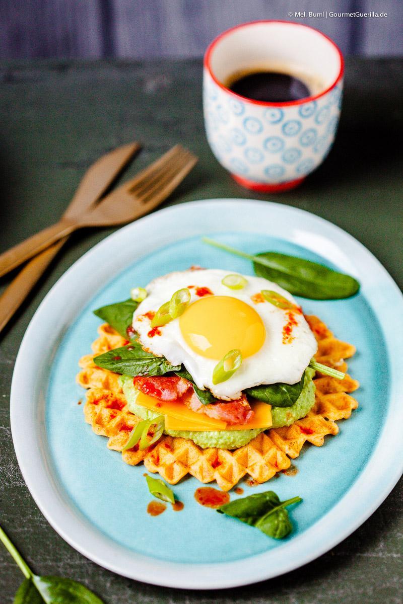Katerfrühstück de luxe – Kimchi-Waffeln mit Erbsenhummus, Bacon, Spinat und Spiegelei |GourmetGuerilla.de