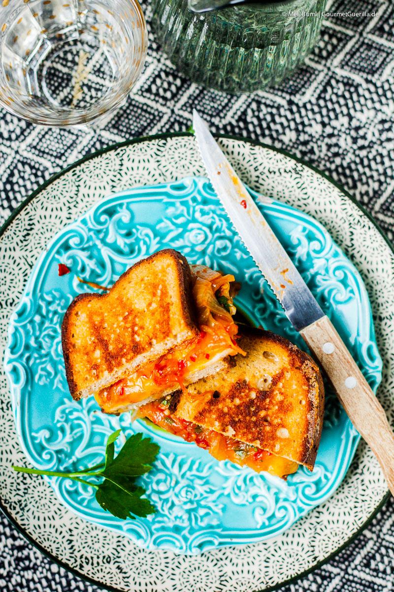 Low Carb Grilled Doppel Cheese Sandwich mit karamellisierten Chili-Zwiebeln |GourmetGuerilla.de