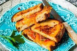 Low Carb Grilled Doppel Cheese Sandwich mit karamellisierten Chili-Zwiebeln  GourmetGuerilla.de