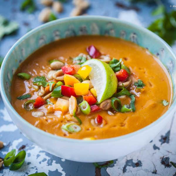Crunchy 15-Minuten Süßkartoffel-Kokos-Suppe mit Erdnuss und Paprika |GourmetGuerilla.de