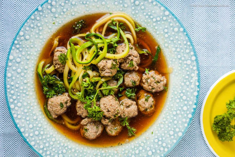 Low CarbKlare Suppe mit Fleischkloesschen und knackigen Zoodles |GourmetGuerilla.de