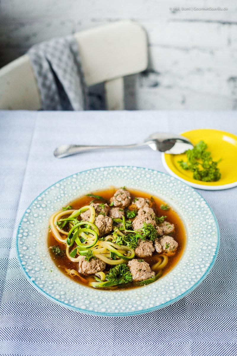Low CarbKlare Suppe mit Fleischklößchen und knackigen Zoodles |GourmetGuerilla.de