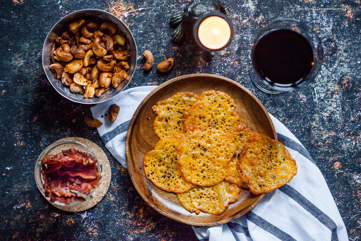 Low Carb Knabberkram Bacon-Chips, Cheddar-Cracker und Vindaloo-Cashews  GourmetGuerilla.de