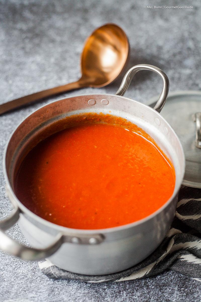 Paprikasuppe mit Rosmarin-Schmand und Salami-Crunch |GourmetGuerilla.de